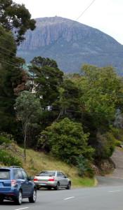 Mount Wellington von unten. Das Tagesziel ist der knubbel oben auf dem Berg.